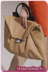 От этой тенденции немного отошел Zac Posen, представив сумку-конверт.
