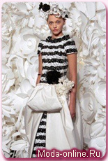 Бумажные шляпы на показе Chanel Couture